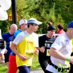 Biegacze i biegacz z balonikami