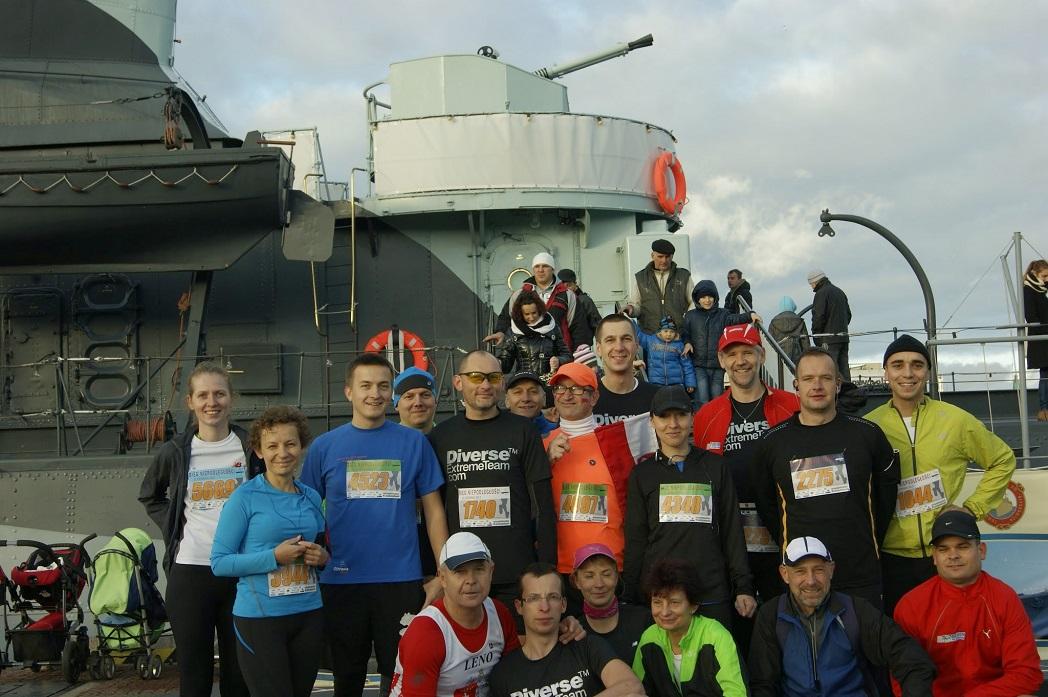 wspólna pasja zbliża, grupa biegaczy pozuje do zdjęcia