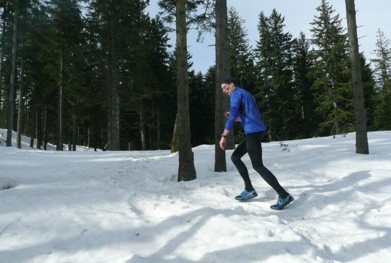 śnieg las biegacz