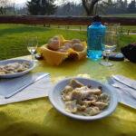 Włoskie jedzenie, wino, ravioli, trawa, agroturystyka
