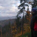 Mężczyzna patrzy w górach na dolinę z miastem