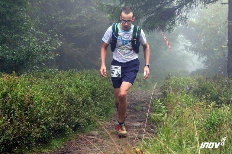 Biegacz podchodzi w górach