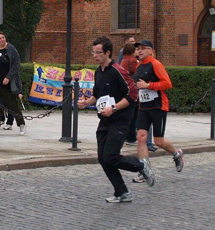 Zawody, ulica, dwóch biegaczy