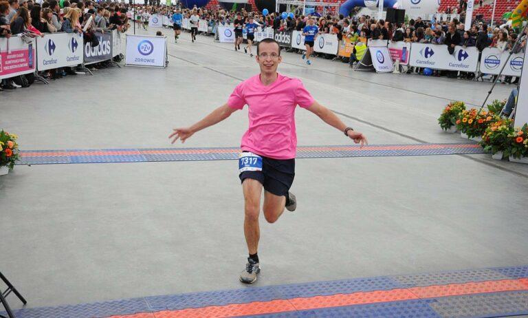 Biegacz na mecie maratonu, uśmiech
