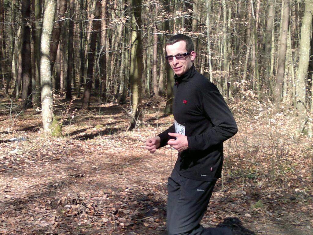 biegacz w lesie