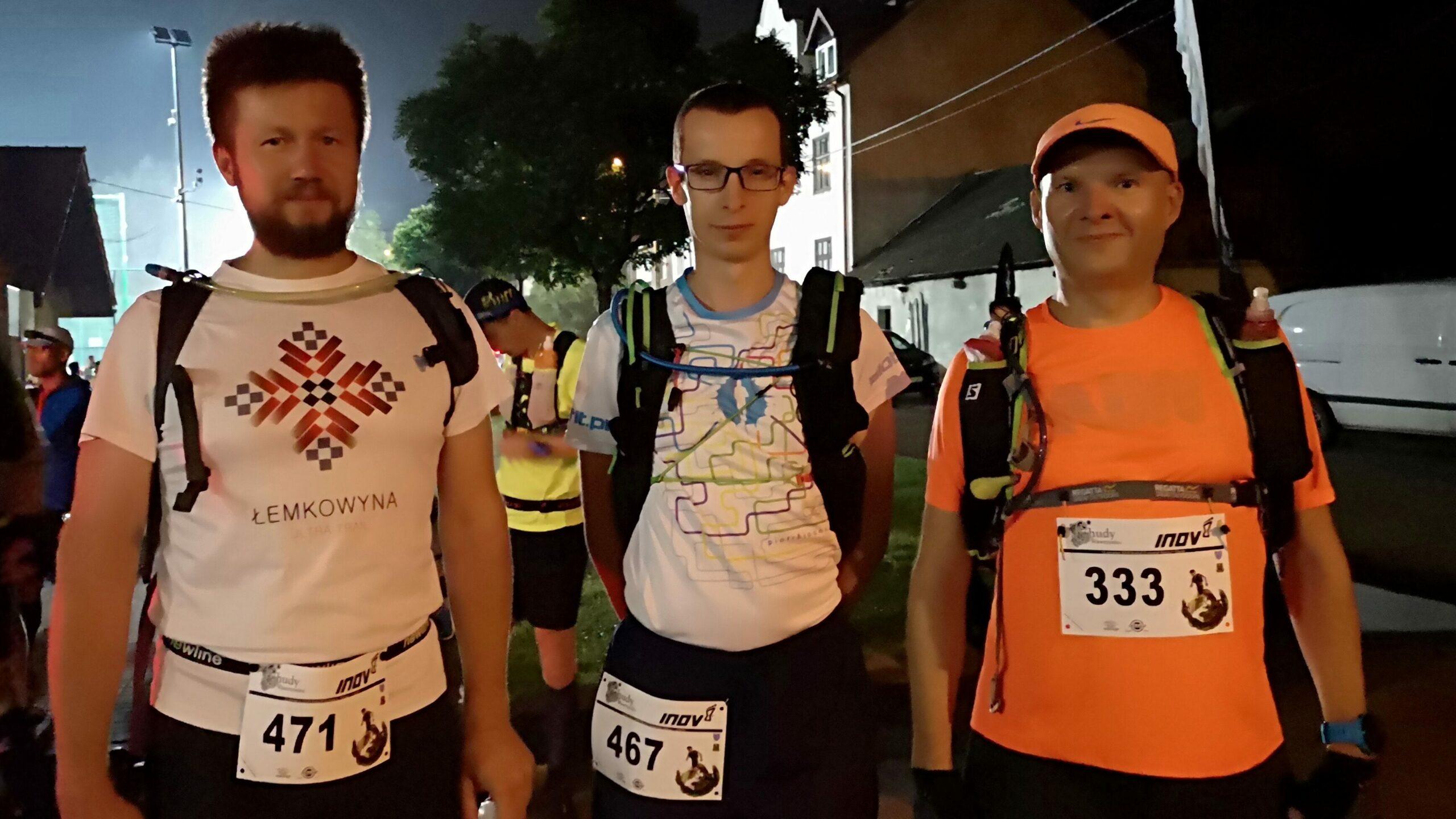 trzech biegaczy przed startem