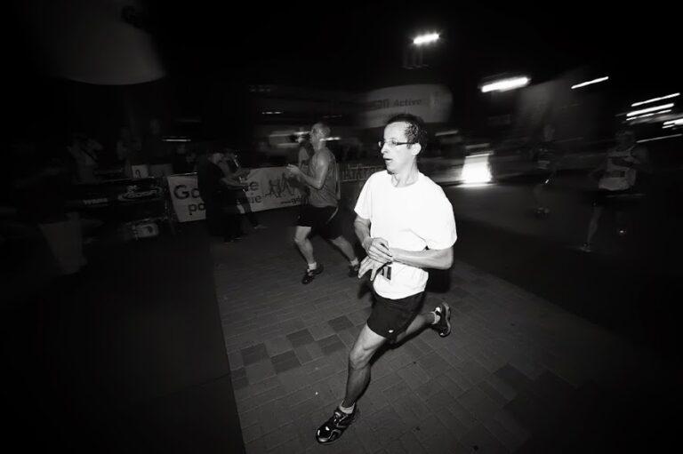 biegacz dobiega do mety nocą