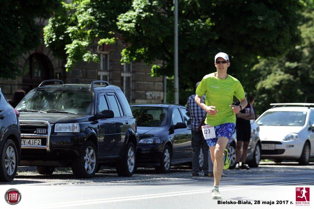 samotny biegacz na ulicy, biegnie w słońcu