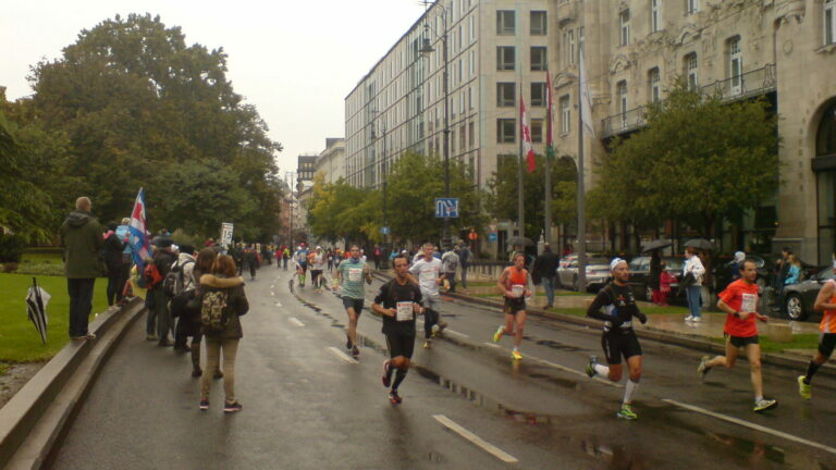 biegacze i kibice na ulicy kibicowanie na biegu