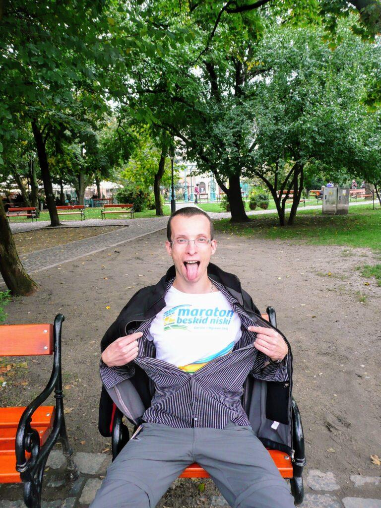 mężczyzna na pojedynczej ławce w parku