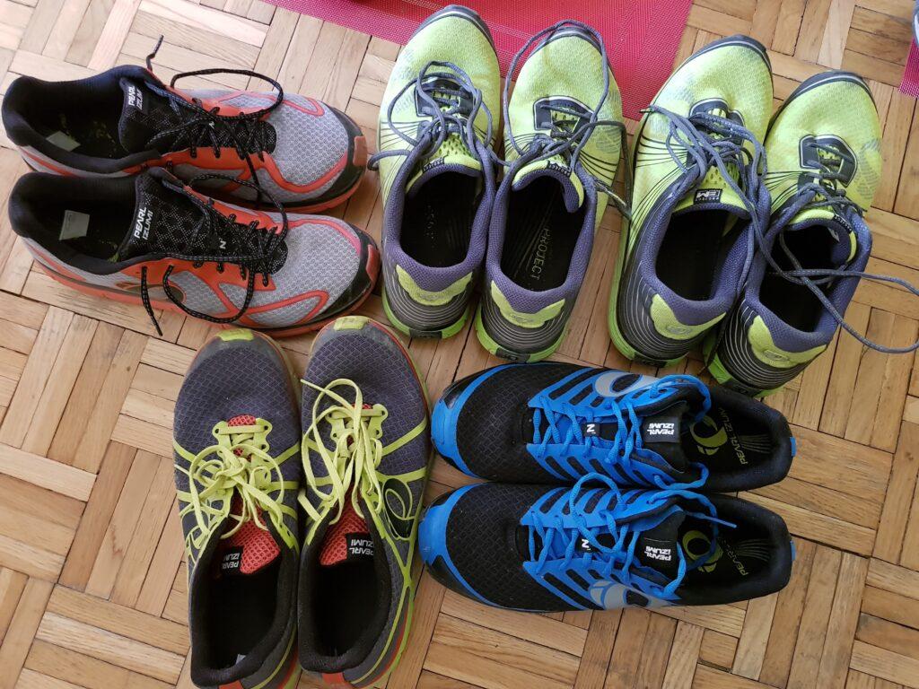 kilka par butów biegowych różne kolory