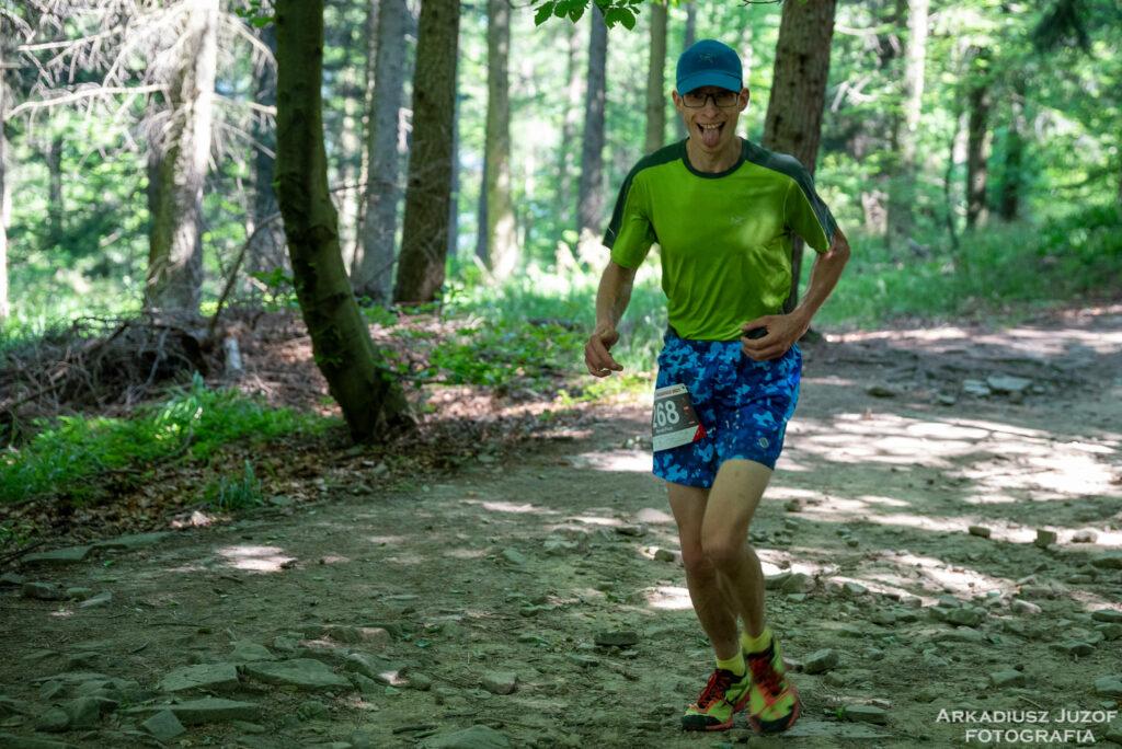 Las, biegacz na zawodach, cień, słońce, droga leśna